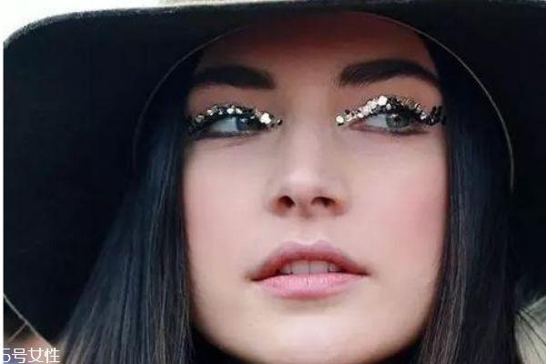 眼妆亮片怎么贴步骤图片