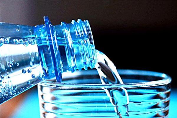 保温杯里的水可以过夜喝吗 保温杯日常注意事项