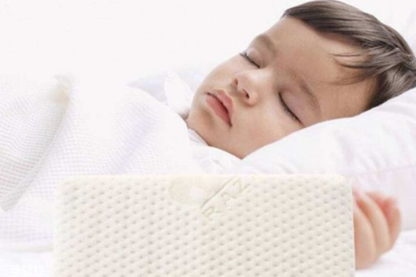 儿童枕头用什么枕芯好 儿童枕头不要过硬