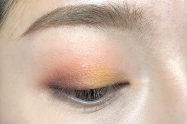 金色眼影怎么画 迷人的大眼妆画法步骤