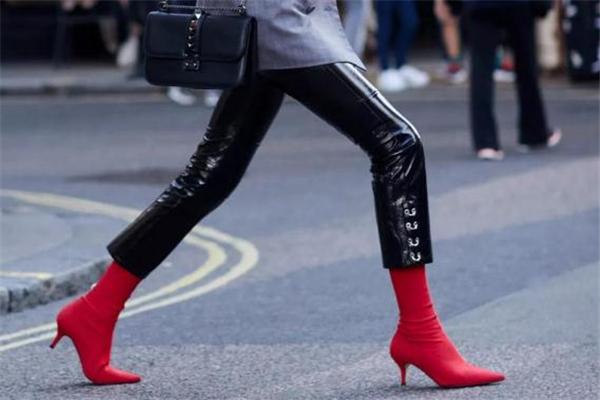 袜靴搭配什么裤子 时尚圈都这样穿