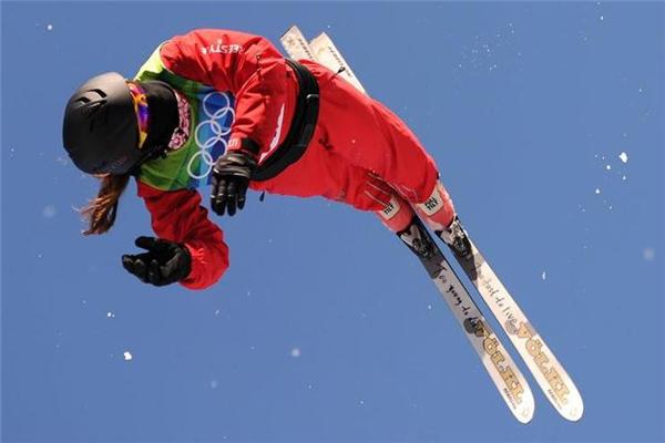 滑雪服买什么颜色好 选鲜艳的颜色