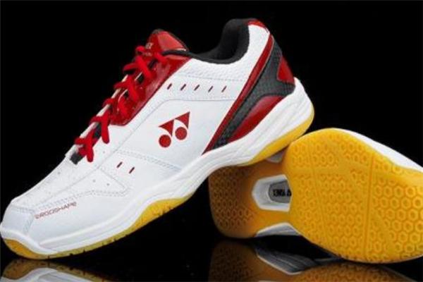 羽毛球鞋可以打篮球吗 很费鞋子