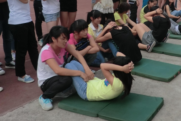 仰卧起坐能练出腹肌吗 光靠它不行