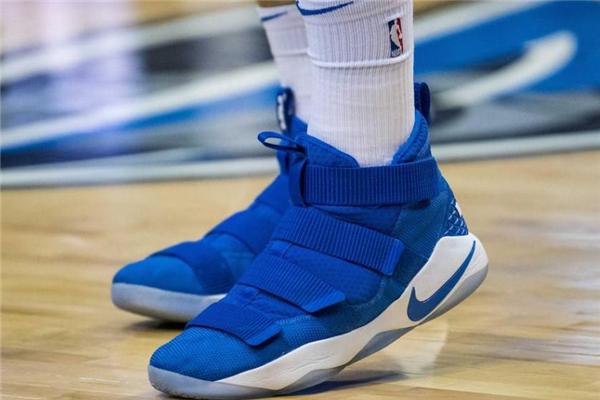 篮球鞋和羽毛球鞋区别 保护地方不同