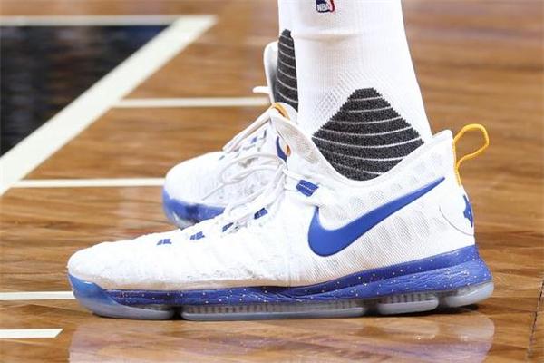篮球鞋和足球鞋的区别 设计完全不一样