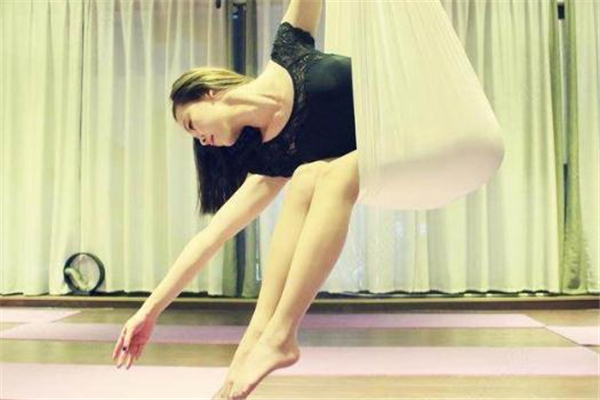 空中瑜伽会掉下来吗 不要自己瞎练