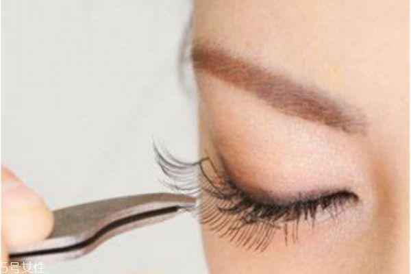 戴假睫毛的正确方法图片