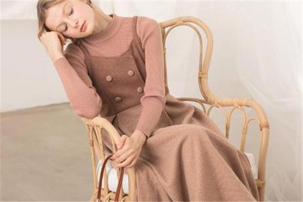 冬天内搭穿什么连衣裙 赶上时髦潮流