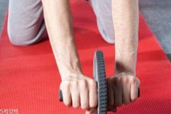 健腹轮的标准动作 健腹轮的正确姿势