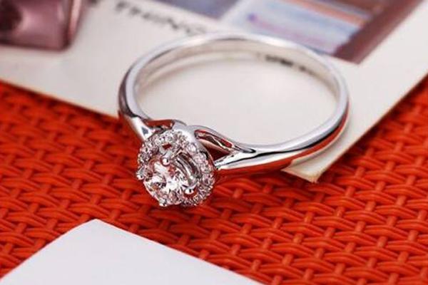 无名指戴戒指是什么意思 代表永不言弃