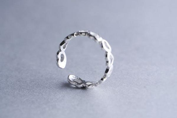 小指戴戒指是什么意思 防小人交好运