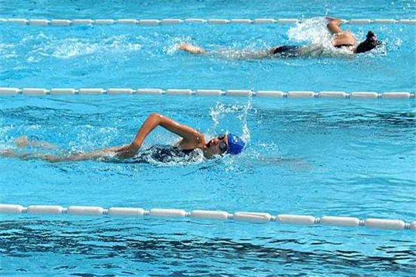 自由泳打腿技巧 要注意节奏