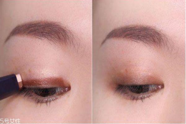 双色眼影棒要怎么用 双色眼影棒画法步骤