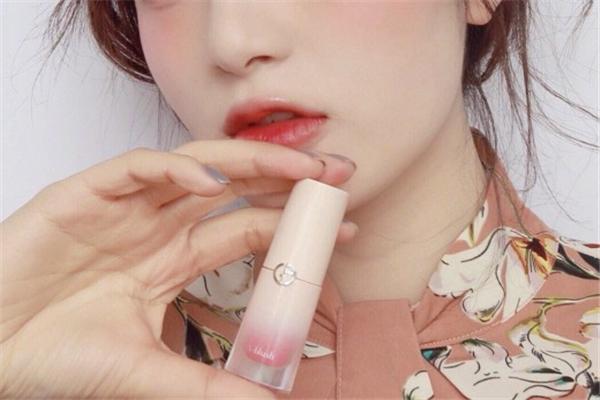 阿玛尼粉胖丁色号 打造粉嫩少女妆容