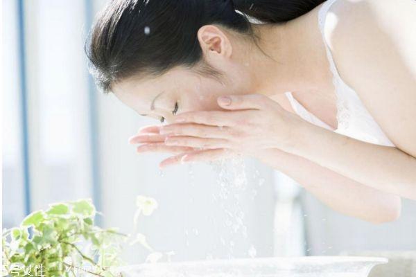 长期清水洗脸对皮肤有什么影响 清水和洗面奶洗脸区别