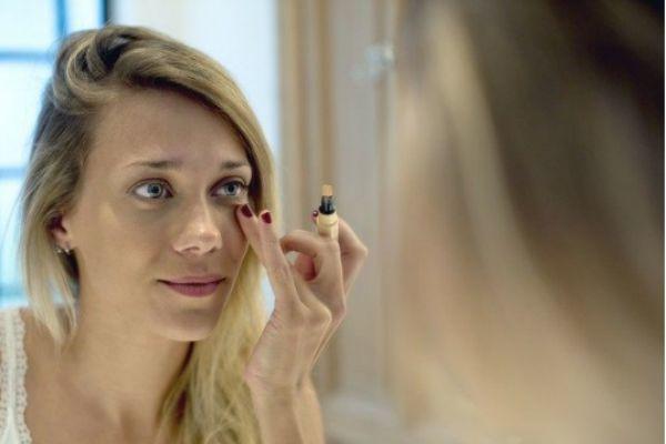 眼袋化妆怎么遮盖 化妆怎么遮盖眼袋和泪沟