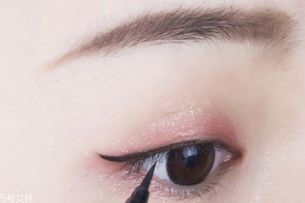 先贴双眼皮还是先画眼影 双眼皮贴和眼影的使用顺序