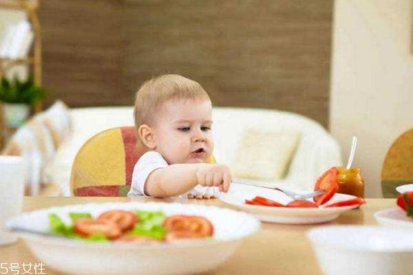几岁开始培养宝宝自己吃饭