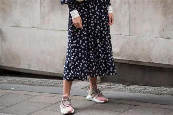 运动鞋配什么裙子好看 最新街拍搭配