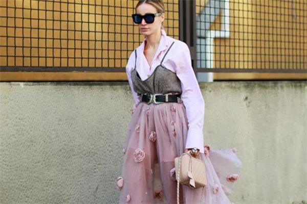 吊带裙配什么打底衫 吊带裙的叠穿法则