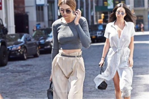 纸袋裤配什么上衣好看 时尚界的新宠