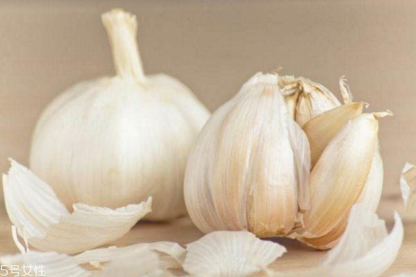 大蒜怎么吃效果最好 大蒜的吃法与功效