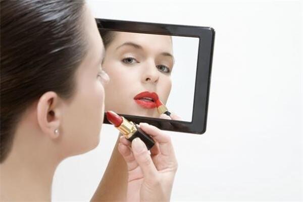 化妆后脸痒是怎么回事 原因是这样