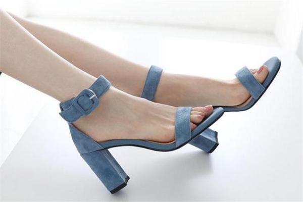 夏天穿什么颜色凉鞋百搭 凉鞋选购攻略