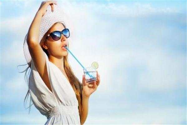 每天喝4升水有害吗 每天喝多少水好
