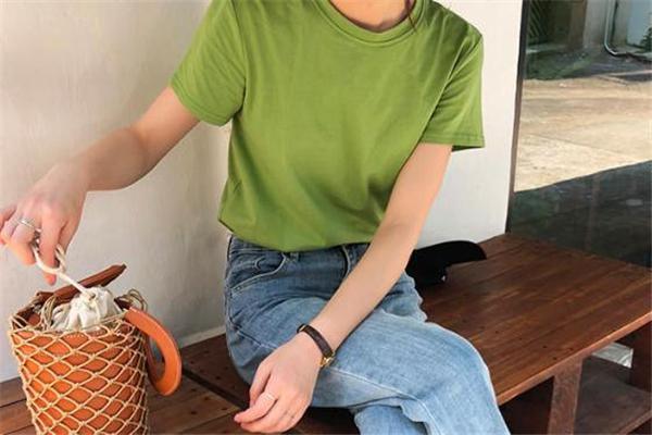 牛油果绿色短袖怎么搭配 牛油果t恤搭配指南
