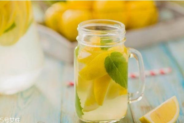 柠檬水白天喝会变黑吗 喝柠檬水的最佳时间