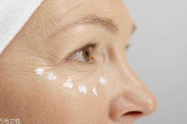 涂眼霜长皱纹了怎么办 涂眼霜为什么反而长皱纹