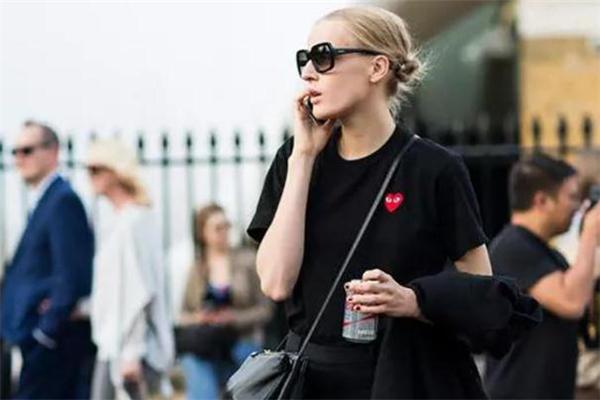 黑色t恤配什么颜色裤子好看 黑t搭配小技巧
