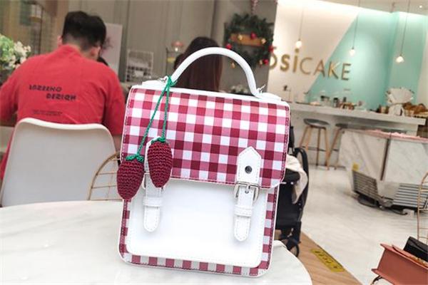 小ck草莓包多少钱 小ck草莓包200多是真的吗