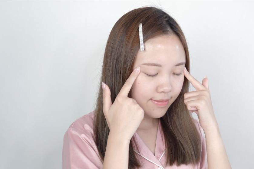 如何快速消除眼部浮肿 按压6大穴位