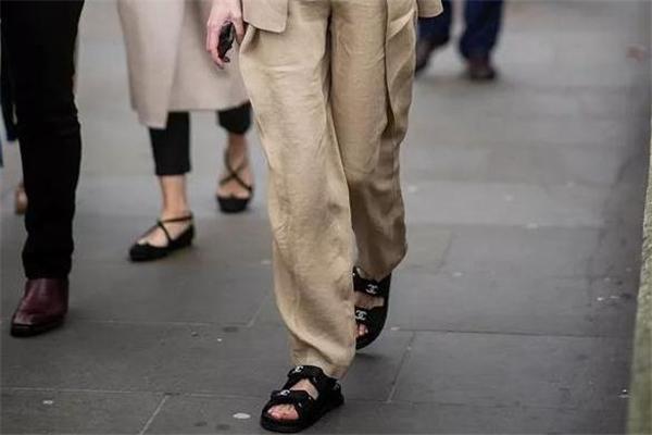 老爹凉鞋怎么搭配 老爹凉鞋时髦街拍
