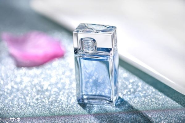 女士喷香水的正确方法 香水持久小妙招