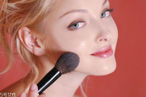 脸上浮粉是什么原因 脸上浮粉怎么紧急处理