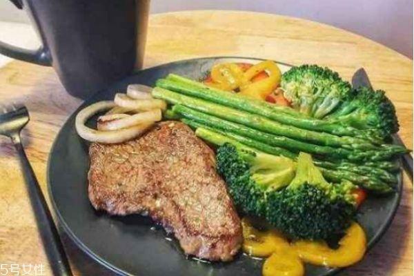 健身吃牛肉好还是鸡肉 增肌吃牛肉还是鸡胸肉