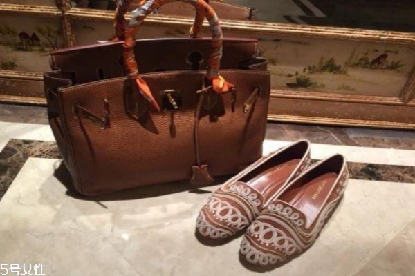今年夏季最流行的鞋子 鞋子和包包的搭配技巧