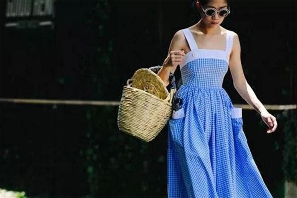 格纹连衣裙什么颜色好看 格纹连衣裙夏日穿搭