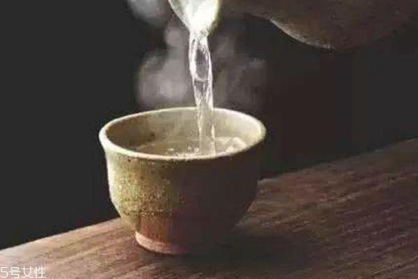 喝热水后体温会升高吗 夏天最佳选择应是温水