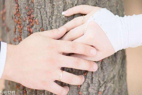 该不该看伴侣的手机呢 结婚在不在乎门当户对呢