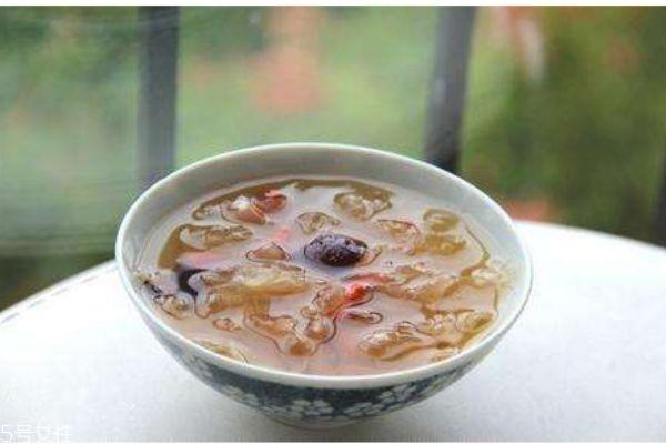银耳汤有什么作用呢 如何制作桂圆红枣银耳汤呢