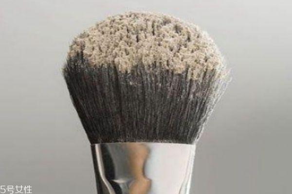 用刷子上散粉怎么避免刷痕 散粉刷使用注意事项