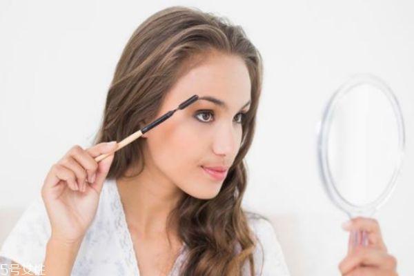 爱出油的皮肤怎么化妆 油性皮肤化妆的正确步骤