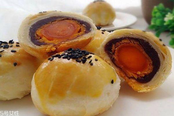 蛋黄酥是怎么做的呢 蛋黄酥是哪里的特产呢