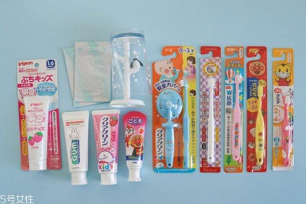 如何给宝宝挑选牙刷和牙膏 正确的刷牙方法
