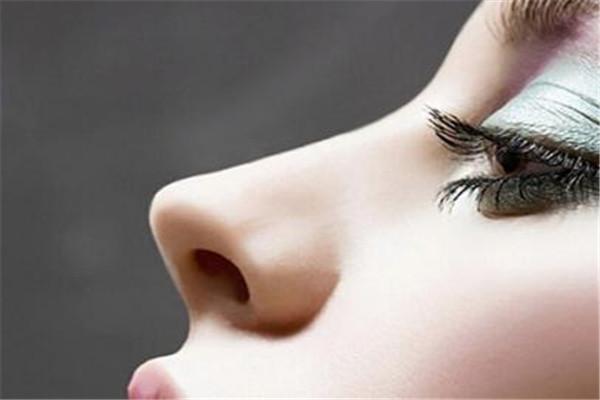 鼻子脱皮是什么原因 鼻子为什么脱皮